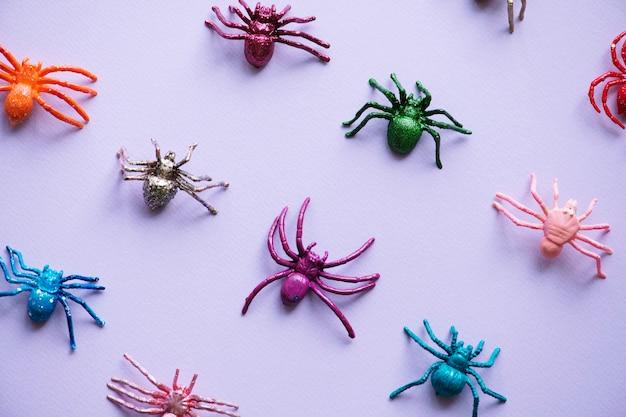 Schattige kleine spinnen op een papier