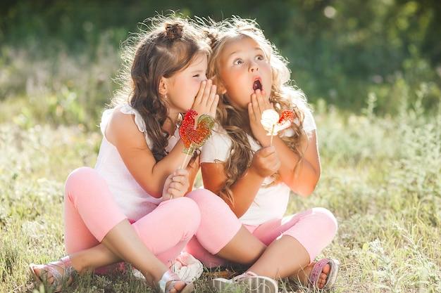 Schattige kleine vriendinnen die samen plezier hebben