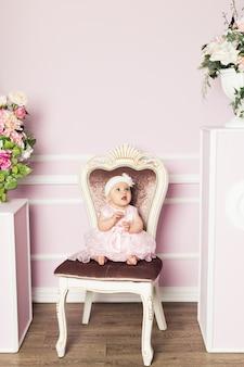 Schattige kleine vrouw in mode jurk met lentebloemen