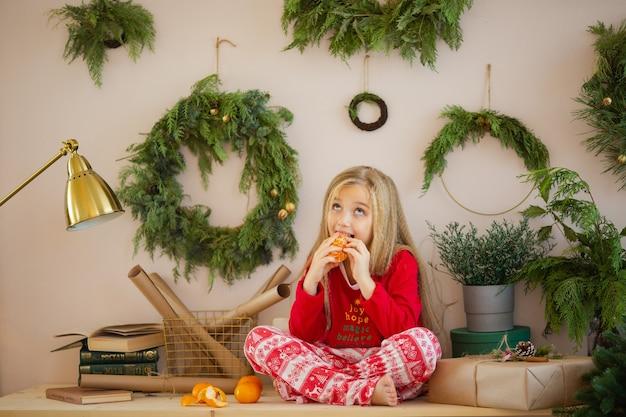 Schattige kleine vrouw in pyjama's voor kerstpijama
