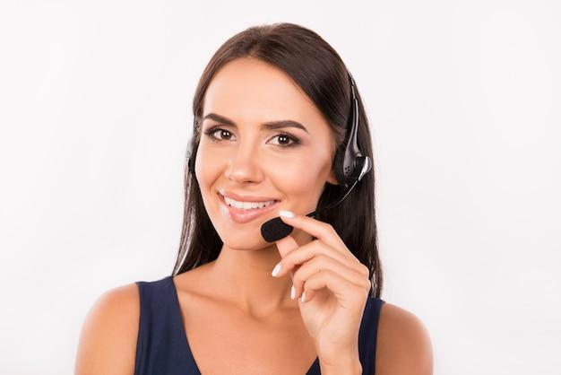 Schattige lachende agent raadplegen van klanten aan de telefoon
