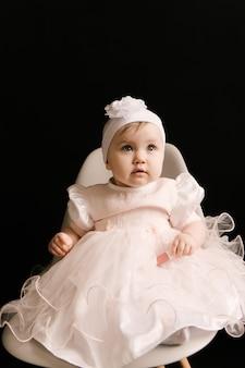 Schattige lachende babymeisje op zwarte achtergrond