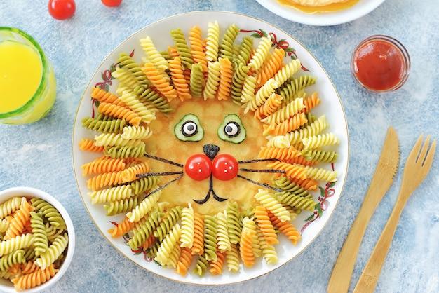 Schattige leeuw van pannenkoeken, pasta en groenten