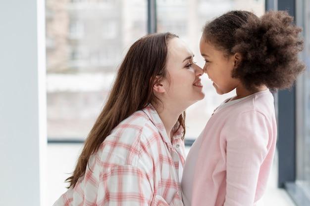 Schattige moeder blij om thuis te zijn met dochter