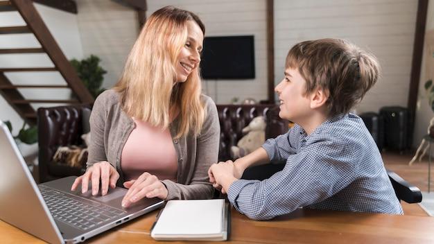 Schattige moeder en zoon samen thuis