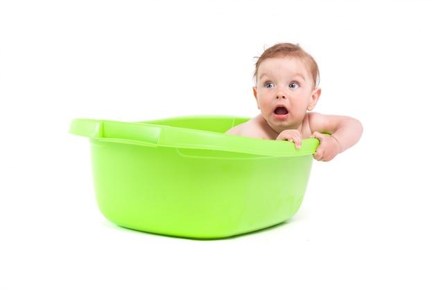 Schattige mooie babyjongen neemt bad in bad