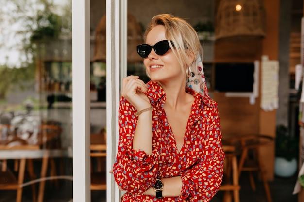 Schattige mooie vrouw in stijlvolle outfit buiten