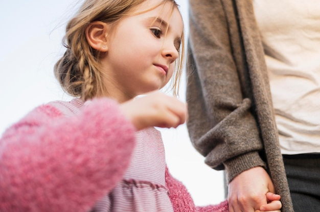 Schattige onschuldige dochter lage hoek bekijken