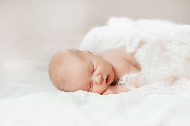 Schattige pasgeboren baby liggend op haar buik en leert haar hoofd vast te houden