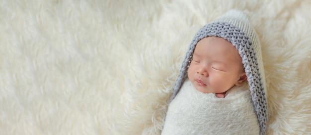 Schattige pasgeboren baby slapen in gezellige kamer.