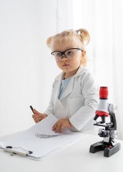Schattige peuter met microscoop