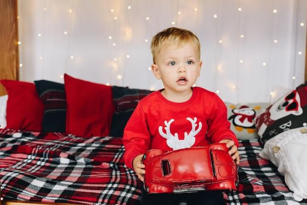 Schattige peuter met zijn kerstcadeau