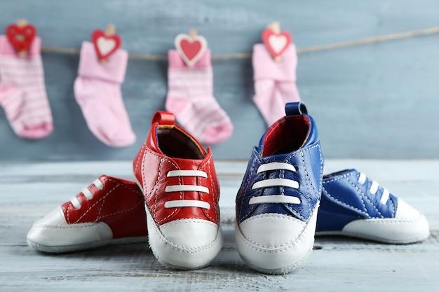 Schattige peuter schoenen en sokken op houten oppervlak
