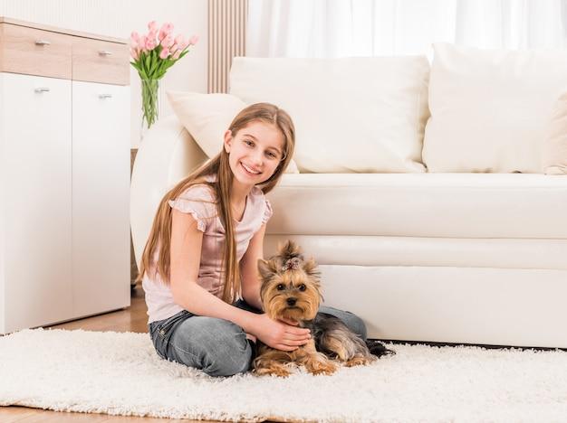 Schattige puppy en gelukkig jong meisje