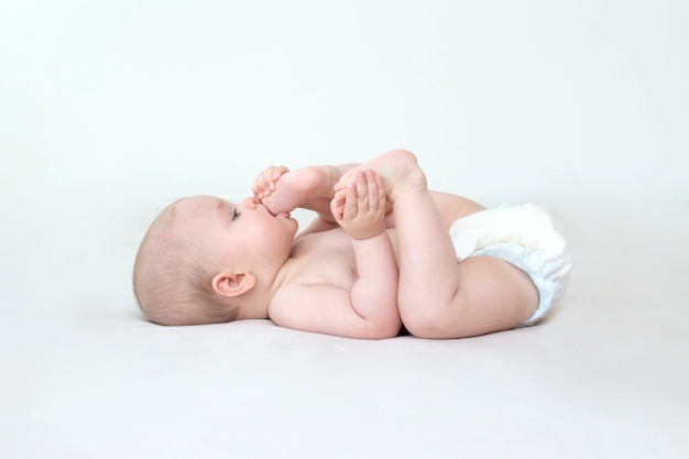 Schattige schattige babymeisje liggend op het bed