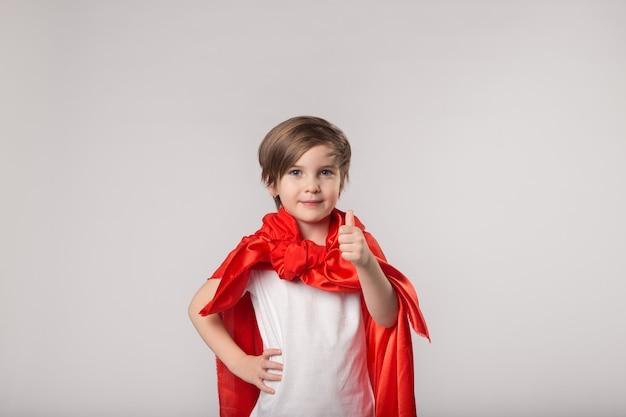Schattige superheld jongen duim omhoog
