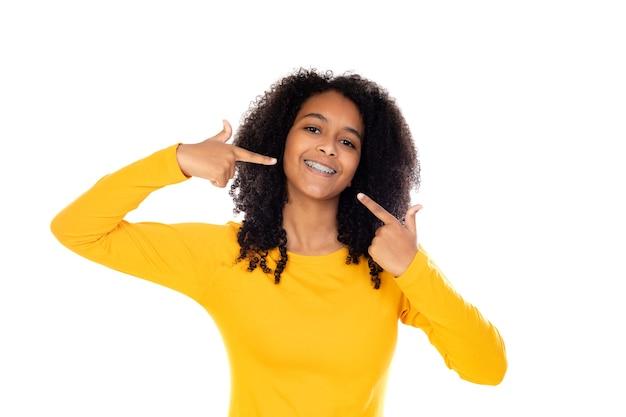 Schattige tiener doet gebaren geïsoleerd op een witte muur