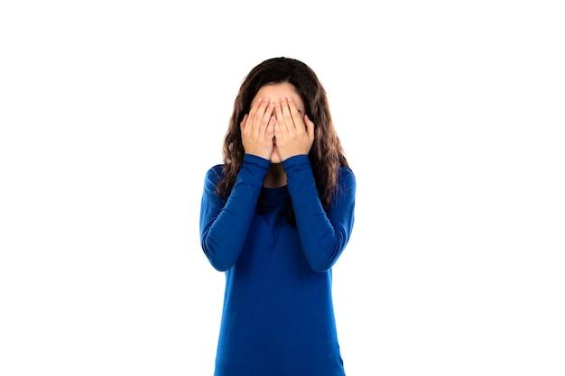 Schattige tiener met blauwe trui geïsoleerd op een witte muur