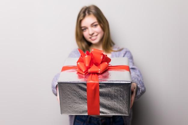 Schattige tiener met grote geschenkdoos