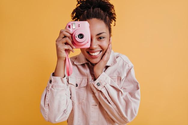 Schattige vrouw die foto's maakt