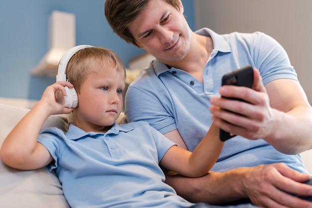 Schattige zoon speelt met vader