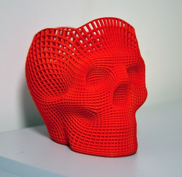Schedel bedrukt met plastic van rode kleur op een 3d-printer.