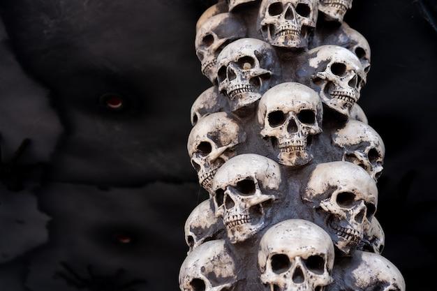 Schedel halloween achtergrond veel mensen schedels staan op elkaar. mystiek griezelig concept. abstracte nachtmerrie occulte gedenkteken.