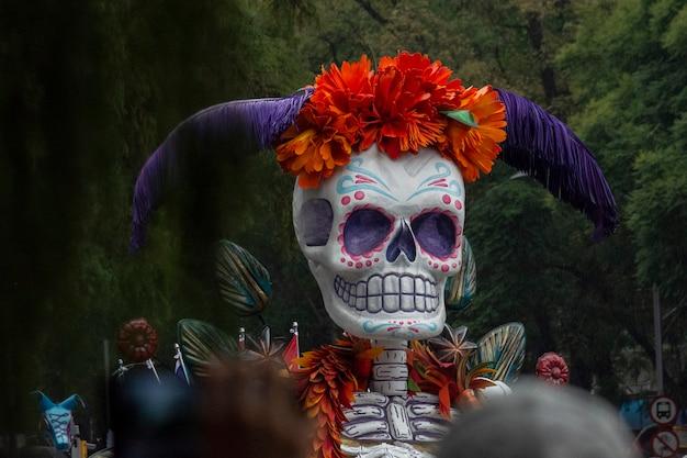 Schedel in parade van de doden van reforma in mexico-stad