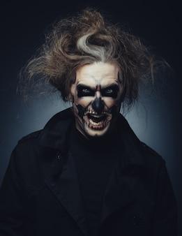 Schedel make-up portret van jonge man
