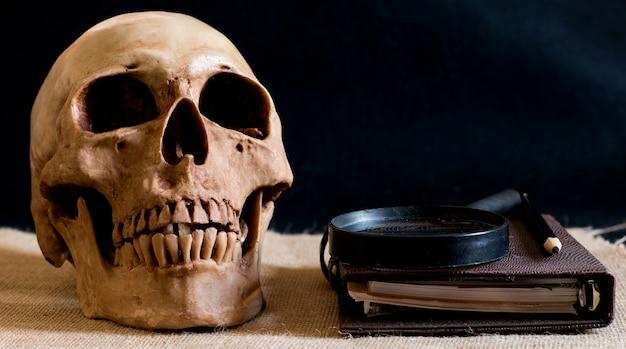Schedel met boek en glas, schedel van ontdekkingsreizigers