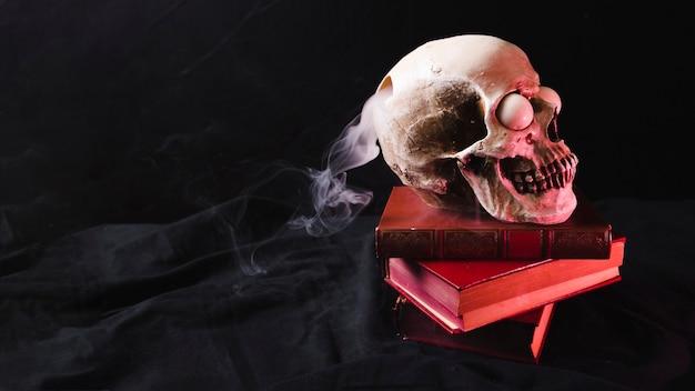 Schedel met rokerig gat op de nek