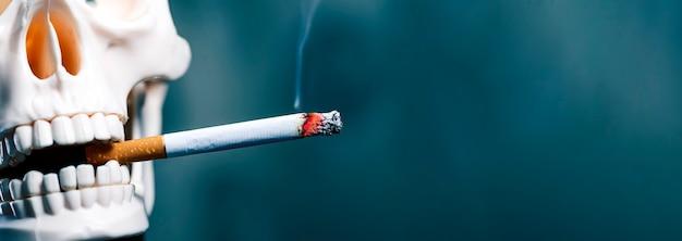 Schedel rookt een sigaret, kopieer ruimte. roken is dodelijk.