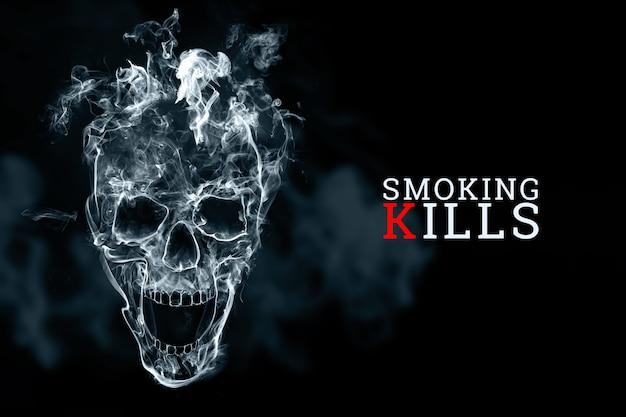 Schedel van sigarettenrook op een zwarte achtergrond. de inscriptie roken is dodelijk.
