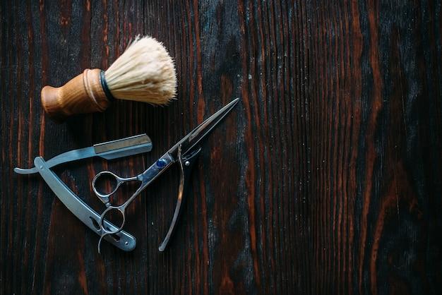 Scheer- en kappersbenodigdheden op hout