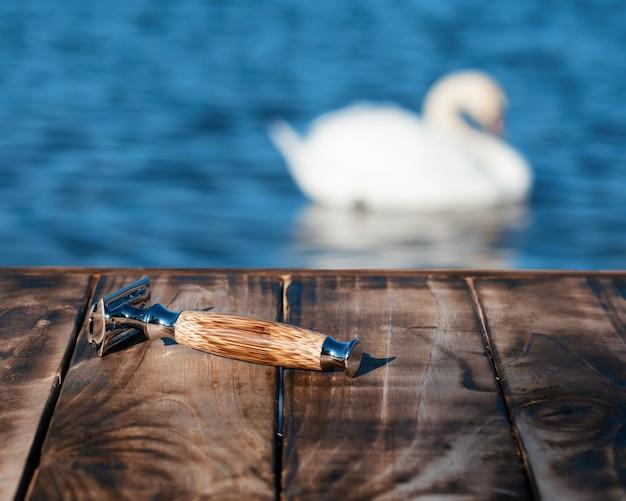 Scheermes en borstel 's ochtends op een houten pier aan de kust
