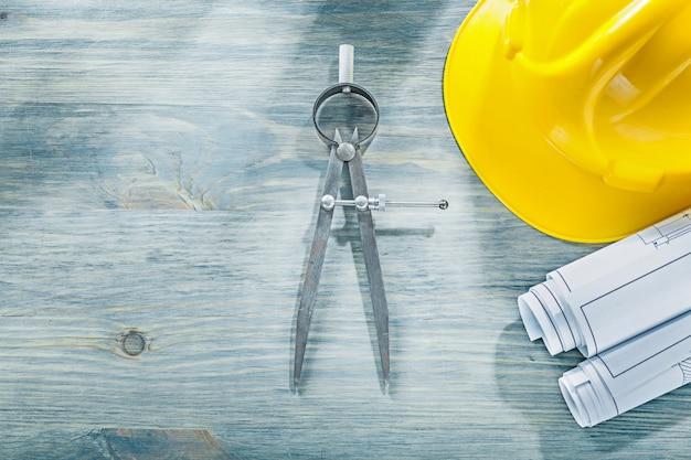 Scheidingslijn technische tekeningen bouwen helm op houten plank bouwconcept