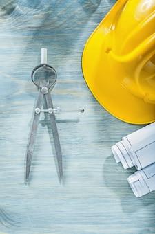Scheidingslijn technische tekeningen helm op houten plank bouwconcept