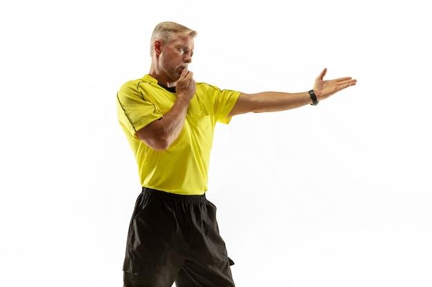 Scheidsrechter geeft aanwijzingen met gebaren aan voetbal of voetballers tijdens het gamen geïsoleerd op een witte muur. concept van sport, overtreding van regels, controversiële kwesties, obstakels overwinnen.