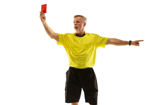 Scheidsrechter met een rode kaart en gebaren naar een voetbal of voetballer