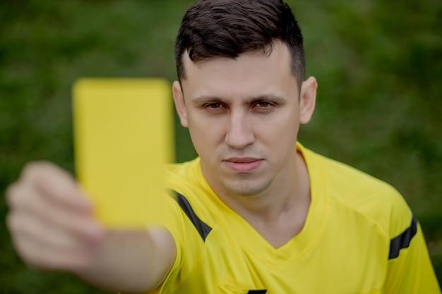 Scheidsrechter toont een rode kaart aan een ontevreden voetbal of voetballer tijdens het gamen.