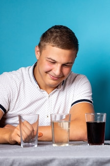 Scheikunde onderwijs en studie concept. man wetenschapper giet water in een glas met chemische elementen, voor experimenten thuis