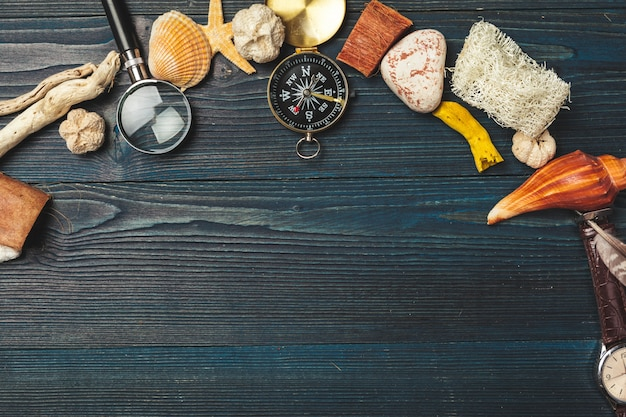 Schelpen en kompas. prachtige zee compositie met schelpen en vintage kompas