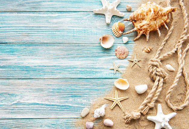 Schelpen en zand op houten planken