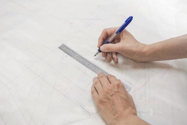 Schema's tekenen op calqueerpapier. kleermakersbedrijf. tekening op millimeter papier.