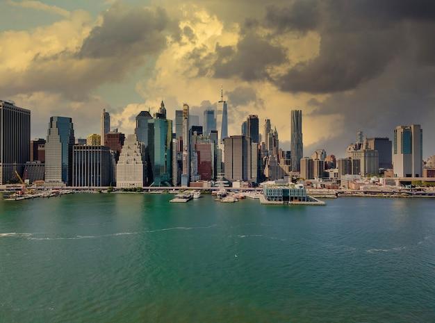 Schemering bij lagere skyline van manhattan aan de east river in new york