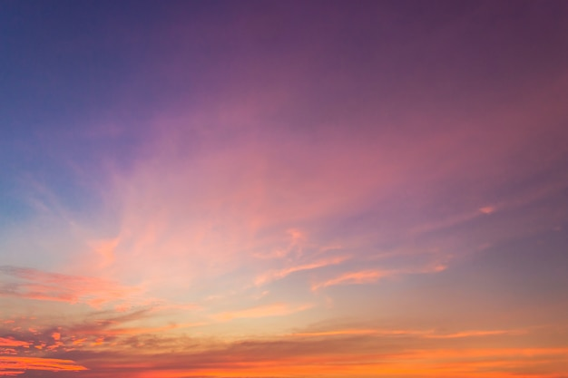 Schemering hemel met donkerblauw zonlicht in de avond, majestueuze natuur achtergrond