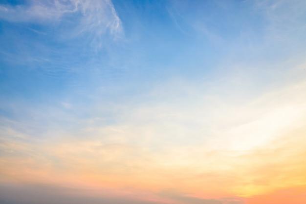Schemering kleurrijke dramatische gele zon
