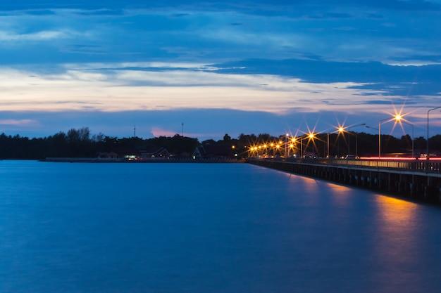 Schemering van de zonsondergang met het laem sok-bruglandschap