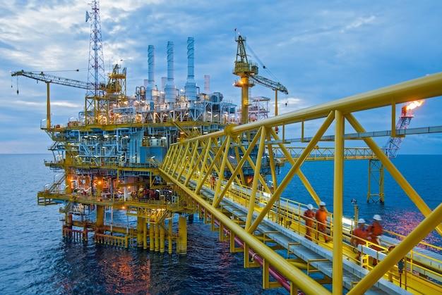 Schemering van een offshore booreiland in thailand