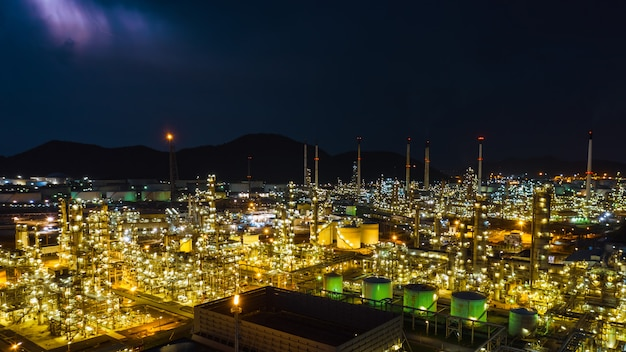 Schemeringcityscape de industriefabriek van de streekraffinaderij en de luchtmening thailand van de opslagtank